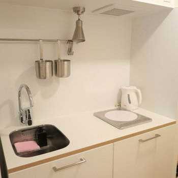 キッチンは一口IH、清潔感のある白で統一