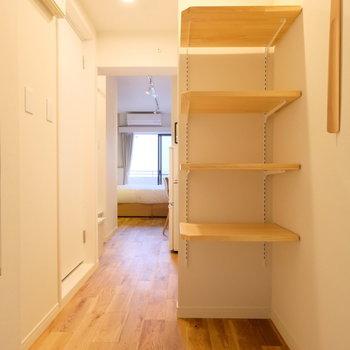 玄関先には可動式の棚を、靴やスーツケースなど置けますね