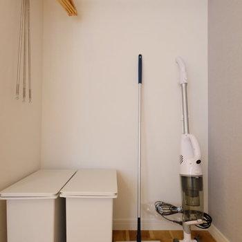 お掃除道具、ゴミ箱、ハンガーなど