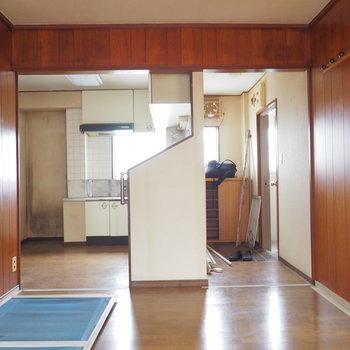 【工事前】右が玄関、左がキッチン。