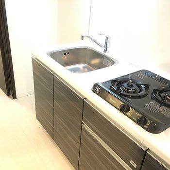 キッチンは二口ガス。スタイリッシュなデザインですね♪※写真は3階の同間取り別部屋のものです