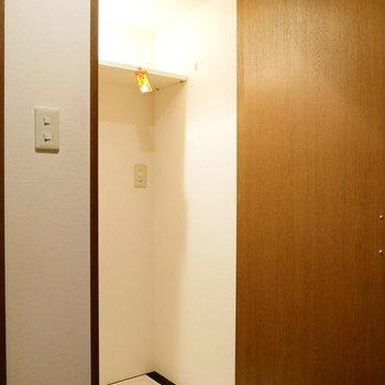 洗濯機置き場です。普段は隠せます。 ※クリーニング前の写真です。※写真は6階の同間取り別部屋のものです。
