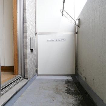 ベランダに出ました。 ※クリーニング前の写真です。※写真は6階の同間取り別部屋のものです。
