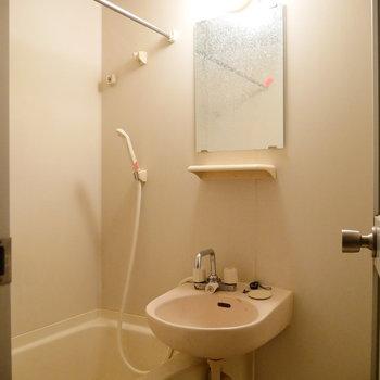 2点ユニットタイプで、洗面台とお風呂は一緒に。 ※クリーニング前の写真です。※写真は6階の同間取り別部屋のものです。
