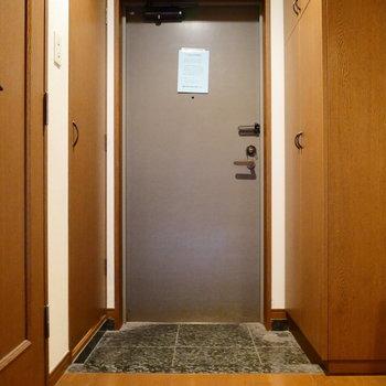 玄関のご紹介。 ※クリーニング前の写真です。※写真は6階の同間取り別部屋のものです。