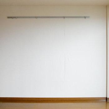 ピクチャーレールついてます。 ※クリーニング前の写真です。※写真は6階の同間取り別部屋のものです。