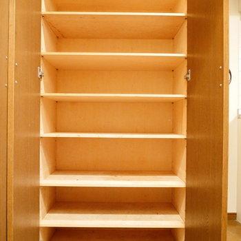 たっぷり収納できそうな靴箱。 ※クリーニング前の写真です。※写真は6階の同間取り別部屋のものです。