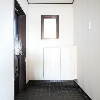 玄関はすれ違っても狭くない広さ
