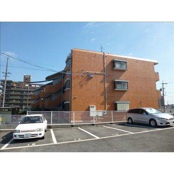 どっしりした面積の広い3階建てのマンション