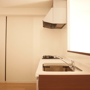 キッチン背面のスペースが広い!