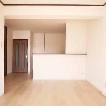 腰壁がやや高いのでキッチンの手元は見えないようになっています!
