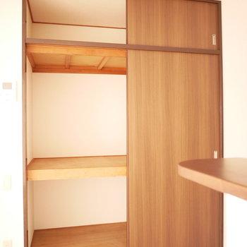 キッチン横の便利なところに収納があります!