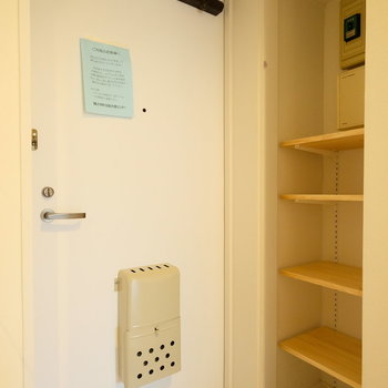玄関横には可動式の棚が