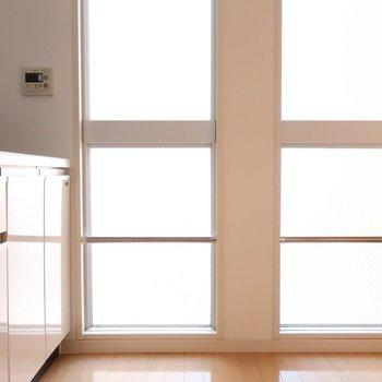 窓からキッチンに差し込む光がキレイ。※写真はクリーニング前です。