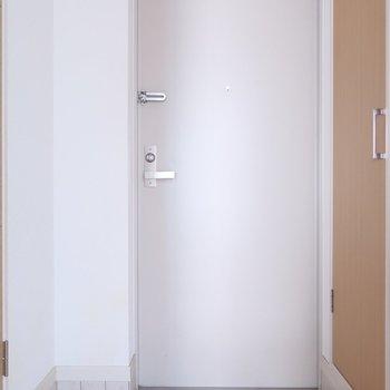 玄関もシンプルさ◎※写真はクリーニング前です。