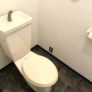 トイレはシンプルに。上部収納がついています。