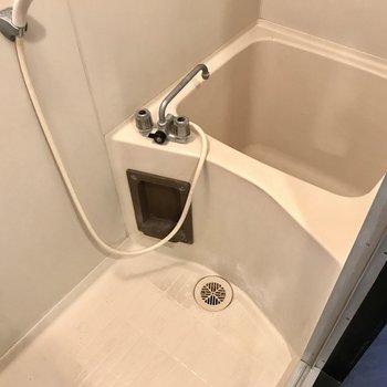 お風呂は狭い…シャワーがメインかな。