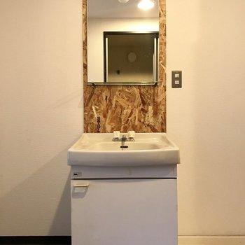 シンプルだけどなんだか素敵な洗面台。収納は少なめだからお隣のスペースに収納棚を置いちゃいましょ。