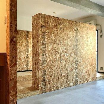 リビング(土間)と居室は壁で遮られています。