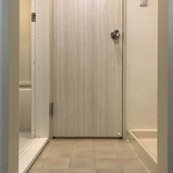 正面がトイレ、左がバスルーム、右に洗濯機置き場があります。