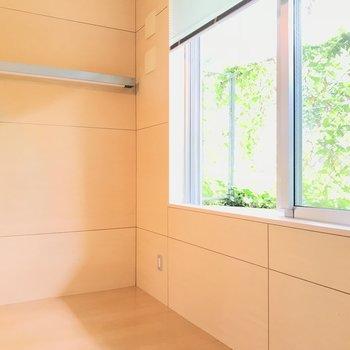 ちょっと下がった所にあった緑が見える部屋