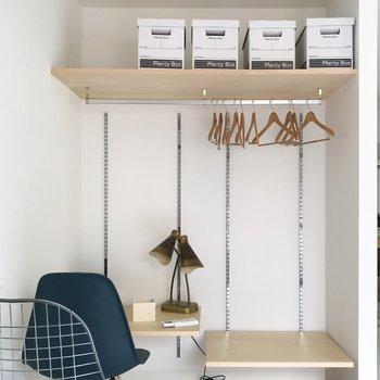 高さの変わる棚は、机にも。※写真は工事中