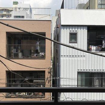 正面には建物。