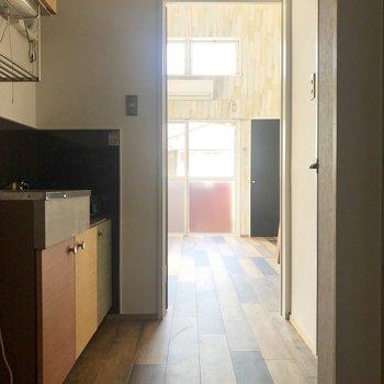 キッチンは廊下に。上部収納も付いてますよ