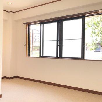 こちらは、窓の大きな洋室