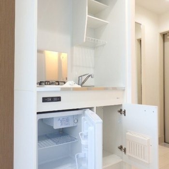 収納はこんな感じ、ミニ冷蔵庫付きです※1階反転間取り別部屋の写真