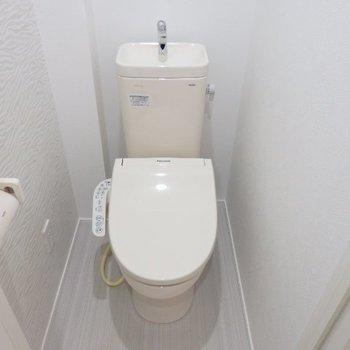 綺麗なトイレ、ウォシュレット付き※1階反転間取り別部屋の写真