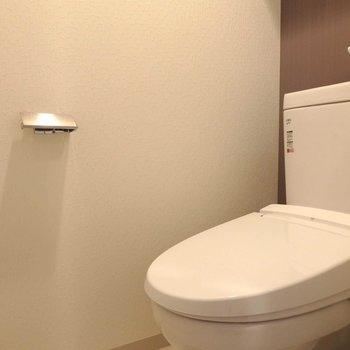 綺麗なウォシュレット付きトイレ。(※写真は13階の反転間取り別部屋のものです)