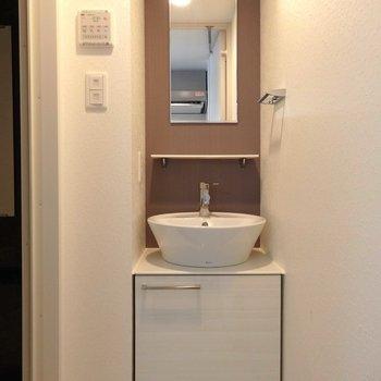 毎朝ウキウキしそうな可愛らしい洗面台。(※写真は13階の反転間取り別部屋のものです)