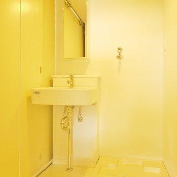 シャープな洗面台。※写真は同一間取りの別部屋
