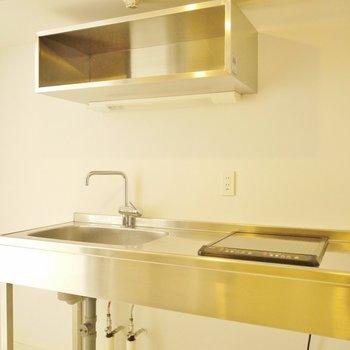 無骨に魅せるキッチン。※写真は同一間取りの別部屋