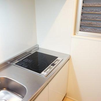キッチンはIH2口に窓が◎※写真は1階の同間取りのお部屋