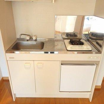 小さい冷蔵庫ついてきます※写真は同間取りの3階のお部屋
