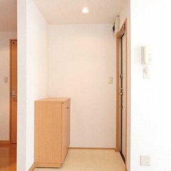 玄関側。左は水回りへ続くドア。※写真は同間取りの3階のお部屋