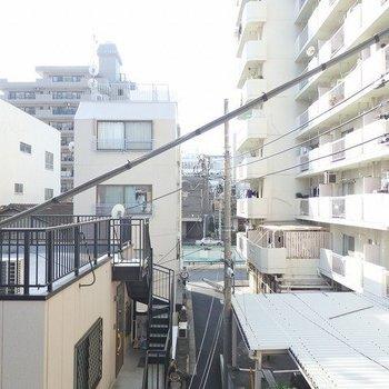 都会はマンションがたくさん建っていますね・・・※写真は3階のお部屋の眺望です