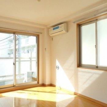 2面採光で明るい室内※写真は同間取りの3階のお部屋