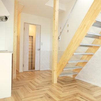 ヘリンボーンの床がお洒落 ※同間取りの別棟の別部屋のものです