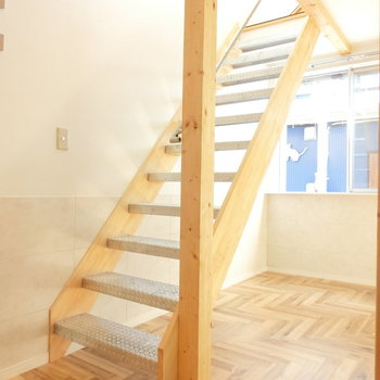洋室へと上る階段※同間取りの別棟別部屋のものです