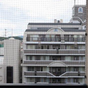 目の前の建物とは道路を挟んでいるので、圧迫感はありません。