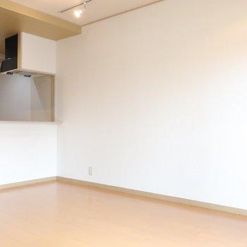 真っ白なキャンバスのような壁面は自分らしく飾り付けましょ。