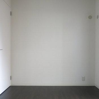 洋室:天井も高くて広く感じます!