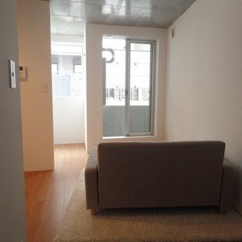 ソファの後ろ側から※1階別部屋同間取りの写真です。