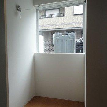 洗濯干しワイヤーが付いています。※1階別部屋同間取りの写真です。