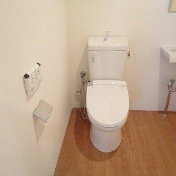 シャワートイレです。※1階別部屋同間取りの写真です。