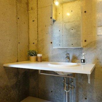 洗面台もゆったりサイズ♪※写真は同階の反転間取り別部屋のものです。