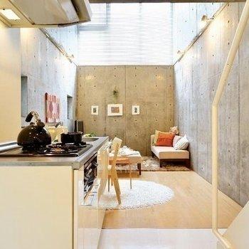 キッチン側から。高い窓から光が溢れる※写真は同階の反転間取り別部屋のものです